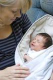 behandla som ett barn den nyfödda modern Arkivfoto
