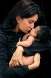behandla som ett barn den nyfödda modern Royaltyfri Foto