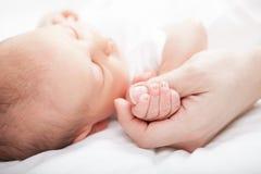 behandla som ett barn den nyfödda modern royaltyfri bild