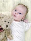 behandla som ett barn den nyfödda nallen för björnflickan Royaltyfri Fotografi
