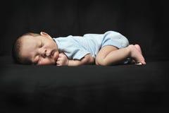 behandla som ett barn den nyfödda pojken Royaltyfria Foton