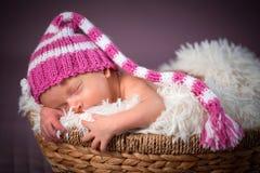 behandla som ett barn den nyfödda ståenden för flickan Arkivfoton