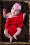 behandla som ett barn den nyfödda ståenden för flickan Royaltyfri Foto