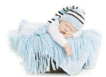 Behandla som ett barn den nyfödda ståenden, nyfött sova för pojkeunge i blå hatt Arkivfoto