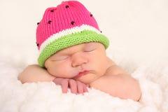 behandla som ett barn den nyfödda flickan Arkivbilder