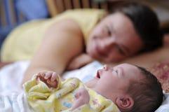 behandla som ett barn den nyfödda lyckliga modern Royaltyfri Foto