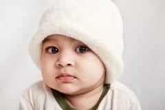 behandla som ett barn den nyfikna indier för pojken royaltyfri bild