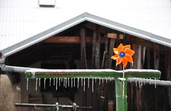 Behandla som ett barn den orange propellern med isistappar Arkivfoto