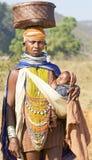 behandla som ett barn den orissan stam- kvinnan för carryng Arkivfoto