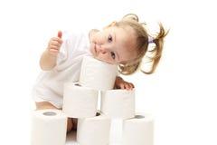 behandla som ett barn den paper toaletten för flickan Arkivfoton