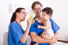 behandla som ett barn den pediatriska tålmodign Arkivfoto