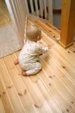 behandla som ett barn den öppna porten Arkivfoto