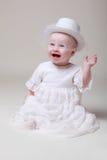 behandla som ett barn den retro lyckliga hatten för flickan Arkivbilder