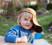 behandla som ett barn den roliga flickan Royaltyfri Fotografi