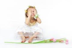 behandla som ett barn den roliga flickan Royaltyfri Bild