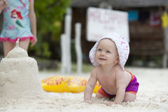 Behandla som ett barn den roliga krypandet för stranden Royaltyfri Foto