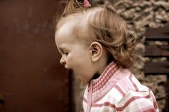 behandla som ett barn den söta flickan arkivfoton
