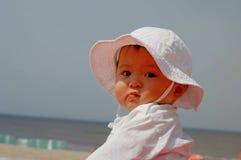 behandla som ett barn den söta strandflickan Arkivbild