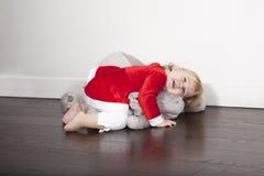 Behandla som ett barn den Santa Claus omfamnade flotta dockan Arkivfoto