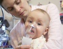 behandla som ett barn den sjuka maskeringsnebulizeren Arkivfoto