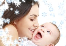 behandla som ett barn den skämtsamma lyckliga mamaen Arkivfoton