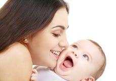 behandla som ett barn den skämtsamma lyckliga mamaen Arkivfoto