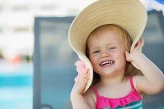 behandla som ett barn den skratta ståenden för hatten Arkivbild