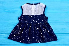 Behandla som ett barn den sleeveless klänningen för flickasommar Arkivbilder