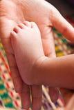 behandla som ett barn den små foten Arkivfoto