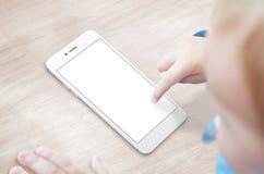 Behandla som ett barn den smarta telefonen för bruk med den isolerade skärmen för app-presentation Royaltyfri Fotografi