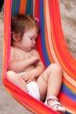 Behandla som ett barn den sova remmen som hängmattan arkivbilder