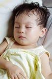 behandla som ett barn den sova sofaen Fotografering för Bildbyråer