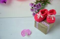 Behandla som ett barn den stack sandalen för flickan, byten, skor behandla som ett barn den nyfödda tomma vykortet cocept behandl Royaltyfri Fotografi