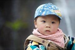 behandla som ett barn den stiliga pojken Royaltyfri Fotografi