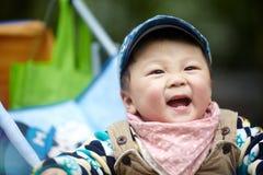 behandla som ett barn den stiliga pojken Arkivbilder