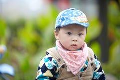 behandla som ett barn den stiliga pojken Royaltyfri Bild