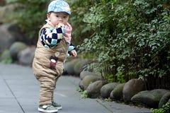 behandla som ett barn den stiliga pojken Arkivfoton