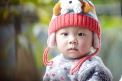 behandla som ett barn den stiliga pojken Arkivfoto