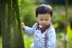 behandla som ett barn den stiliga pojken Royaltyfria Bilder