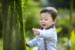 behandla som ett barn den stiliga pojken Arkivbild