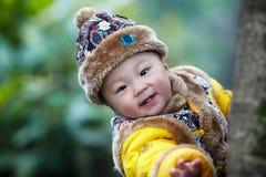 behandla som ett barn den stiliga pojken Royaltyfri Foto