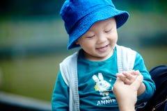 behandla som ett barn den stiliga pojken fotografering för bildbyråer