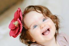 behandla som ett barn den täta flickan upp Royaltyfri Foto
