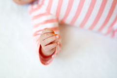 behandla som ett barn den täta handen upp Små fingrar av nyfött behandla som ett barn flickan Fotografering för Bildbyråer