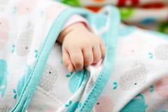 behandla som ett barn den täta handen upp Små fingrar av nyfött behandla som ett barn flickan Royaltyfria Bilder