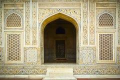 Behandla som ett barn den Taj ingången Arkivfoto