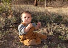 behandla som ett barn den tidiga naturfjädern för pojken Royaltyfri Fotografi