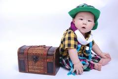 behandla som ett barn den träaskpojken Arkivbilder