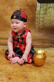 behandla som ett barn den traditionella kinesiska dräkten Arkivbild