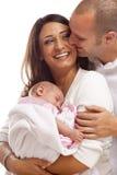 Behandla som ett barn den unga familjen för den blandade racen med nyfött royaltyfri bild